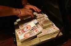 В чемоданчике 65 миллиардов зимбабвийских долларов, и это всего лишь 2000 американских долларов.