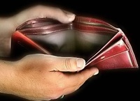 Должникам разумнее хвататься не за голову, а за малейшую возможность отсрочить или уменьшить выплаты по кредитам.