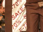 В магазинах начались распродажи, скидки на товары доходят до 70% от начальной стоимости.