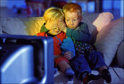 Просиживая время перед телевизором, вы меньше времени оставляете на живое общение с семьей...